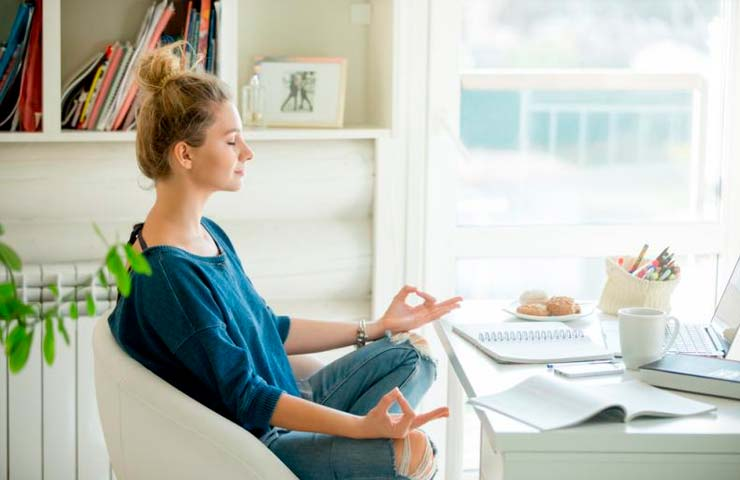 Mejora tu concentración en la oficina con estos 3 ejercicios de yoga